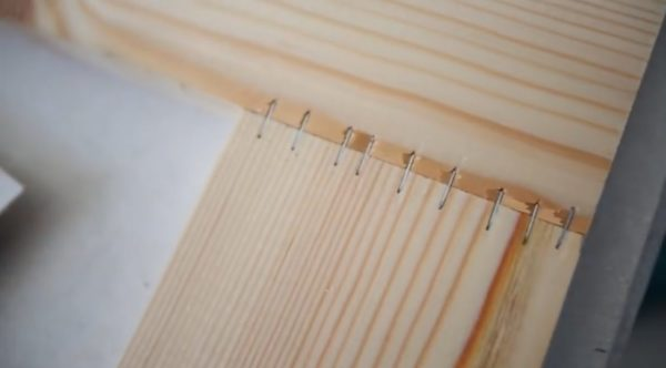 Скрепление досок с помощью строительного степлера