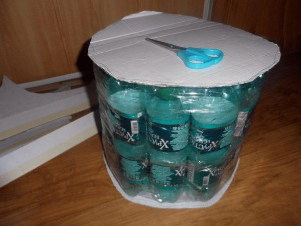 Следите, чтобы картон не выходит за границы заготовки из бутылок