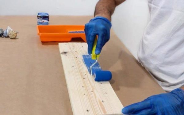 Следует в несколько слоев прокрасить доску краской и оставить в таком виде до полного высыхания