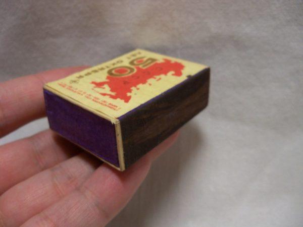 Спичечный коробок лучше брать новый, чтобы полоска серы была целой