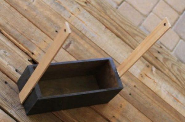 Стойки прикручены к стенкам ящика