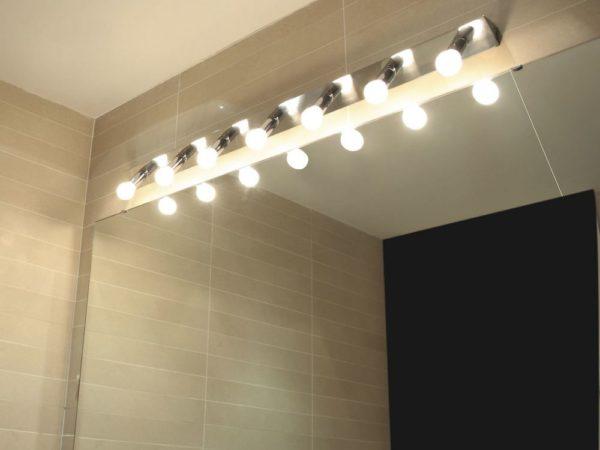 Светодиодные лампы часто устанавливаются вверху зеркала, не затрагивая его боковые стороны