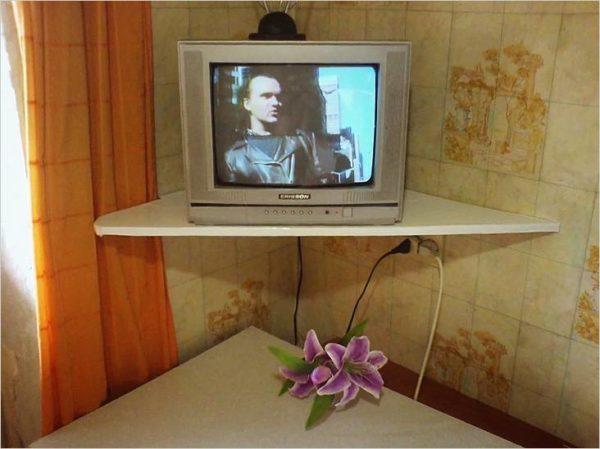 Телевизор установлен на полку