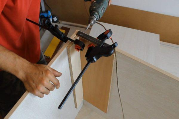 Установка шкафа-купе требует знания основ обращения с дрелью, шуруповертами и направляющими