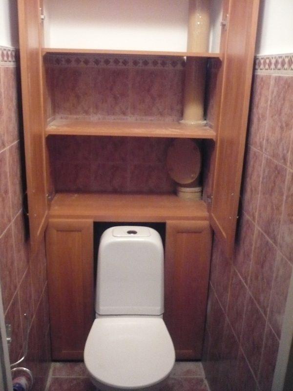 В полках шкафа есть пазы, сквозь которые проходит труба канализации