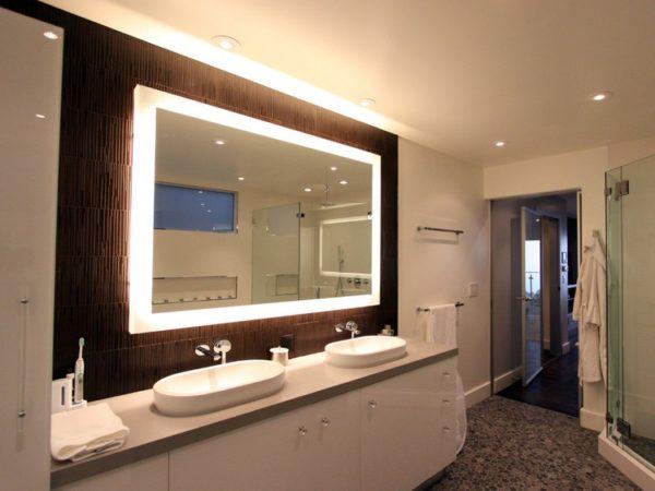В ванных комнатах подсветка должна быть нацелена, прежде всего, на достижение четкого отражения