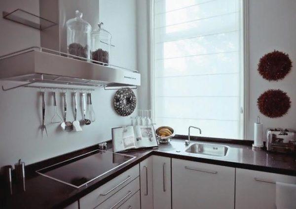 Важно оставить на кухне как можно больше функциональных элементов, а от лишних предметов избавиться