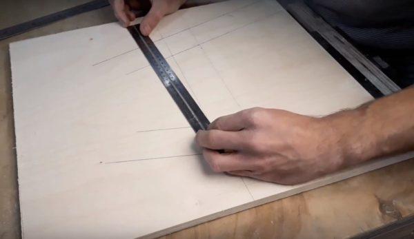 Вначале рисуются детали стульчика
