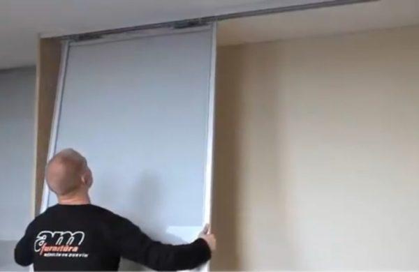 Вставка дверного полотна в верхние направляющие