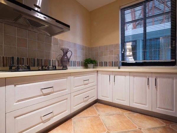 Выбор правильных материалов позволяет получить кухню с необычным дизайном