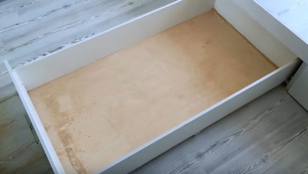 Выдвижной ящик достаточно вместителен