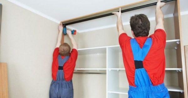 Вызов рабочих для установки шкафа-купе не отразится существенно на его стоимости