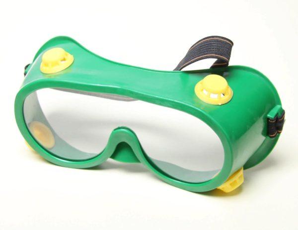 Защитные очки при работе с деревом помогут уберечь глаза