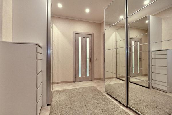 Зеркальные шкафы-купе работают на зрительное расширение пространства