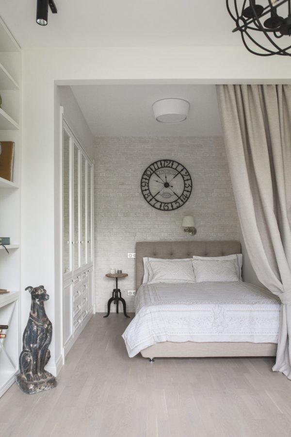 Жилое пространство разделили на спальню в нише и гостиную