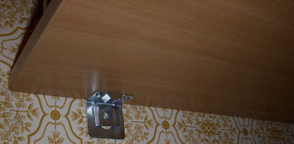 Один из способов крепления барной стойки к стене