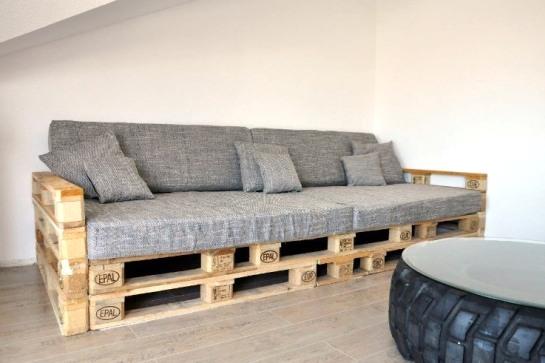 Массивные диваны из бруса, актуальные из паллет, необычные из картона, с подлокотниками и без – любой вариант может быть уместен и успешно создан