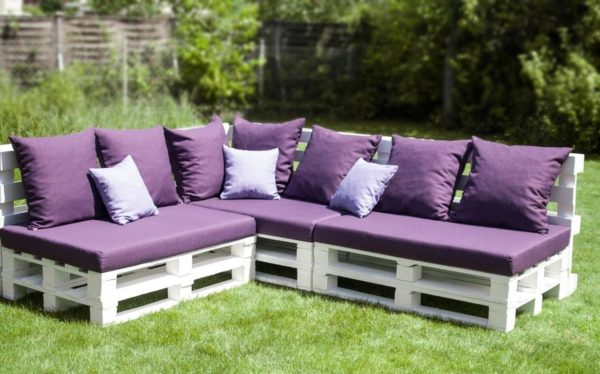 Оригинальная идея: диван из строительных паллет