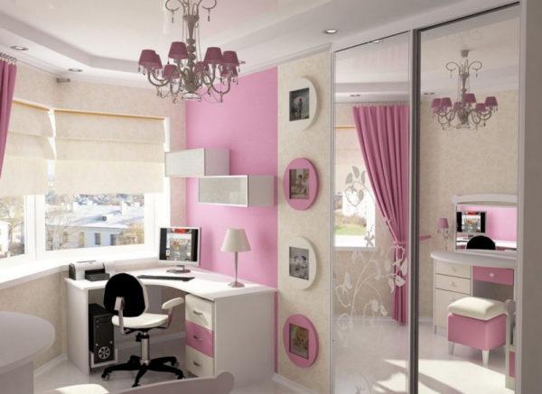 Большое зеркало - важный элемент интерьера комнаты девочки-подростка