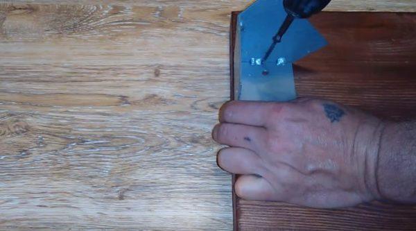 Прикручивают уголки саморезами к боковинам