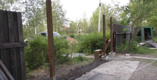 Монтаж ворот можно начинать, как только высохнет бетон вокруг столбов