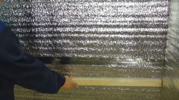Обрешетка из реек монтируется поверх фольгированного утеплителя
