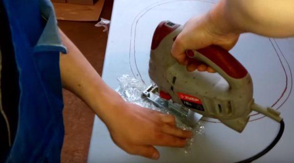 Подложенный под лобзик целлофановый пакет защитит поверхность столешницы от царапин