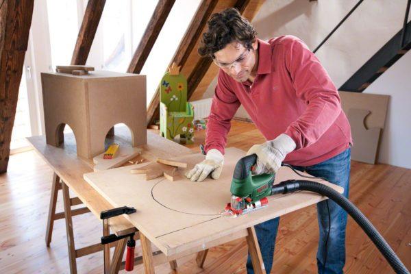 Для уменьшения образования древесной пыли при раскройке материала, лобзик подключают к пылесосу
