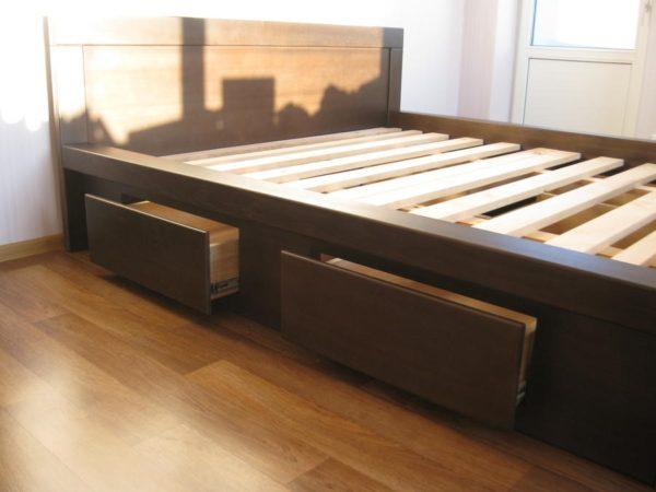 Кровать, ящики в которой установлены на телескопическую фурнитуру