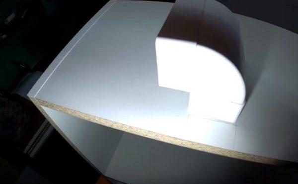 В верхней крышке шкафчика намечают отверстие для выхода трубы
