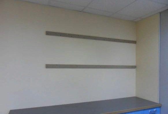 С помощью деревянных планок можно скрыть различные неровности стен