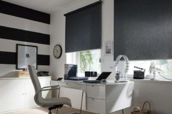 Черные рулонные шторы удачно вписываются в интерьер