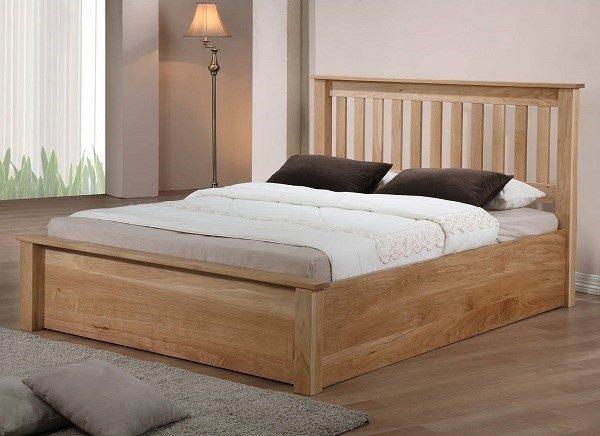 Кровати из массива сосны могут изготавливаться в различных стилях, так, чтобы вписываться в любой дизайн интерьера