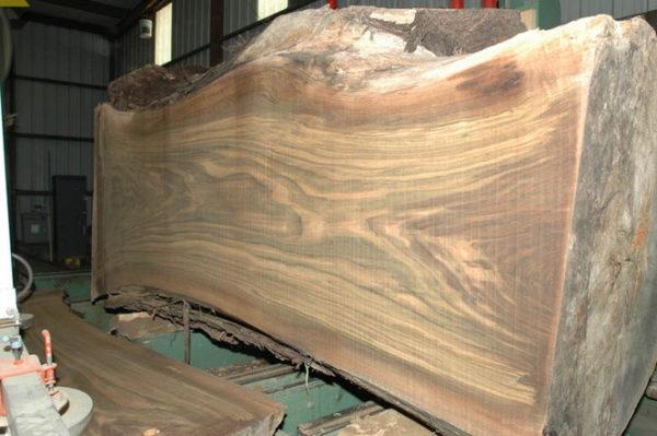 Древесина ореха — один из удачных вариантов для изготовления стола