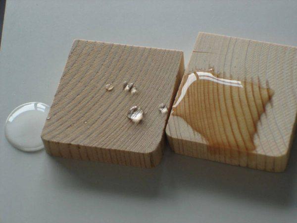 С левой стороны — защищенная древесина, с правой — нет