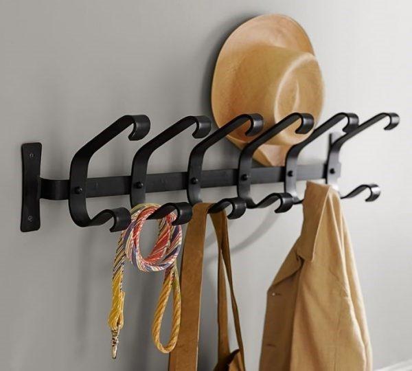 Настенную конструкцию вешалки сложно перенести без повреждения стены