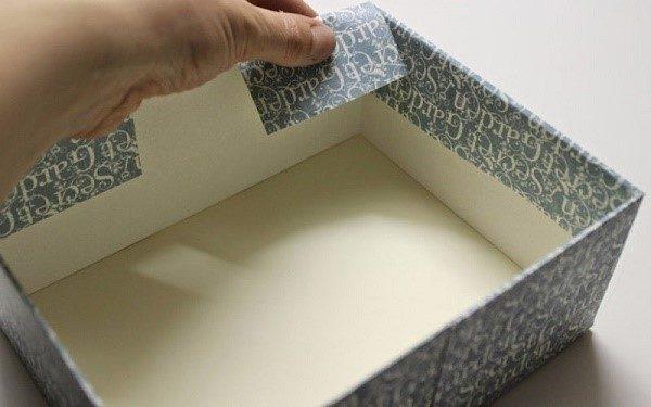 Картонные коробки можно вполне успешно задекорировать остатками обоев