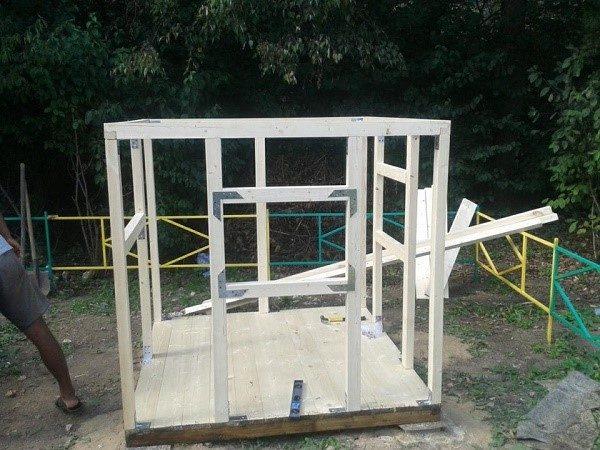 Последовательно присоединяйте к половой поверхности домика брусья, создавая каркас детского жилья