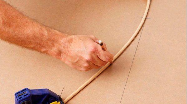 Необходимо зафиксировать палку зажимом, а затем нарисовать капот