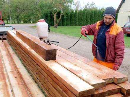 Обработка древесины антисептиками и олифой повышает устойчивость материала к заражению микроорганизмами и воздействию погоды