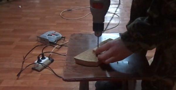 Подготавливаем небольшие бруски и делаем в них отверстия под саморезы