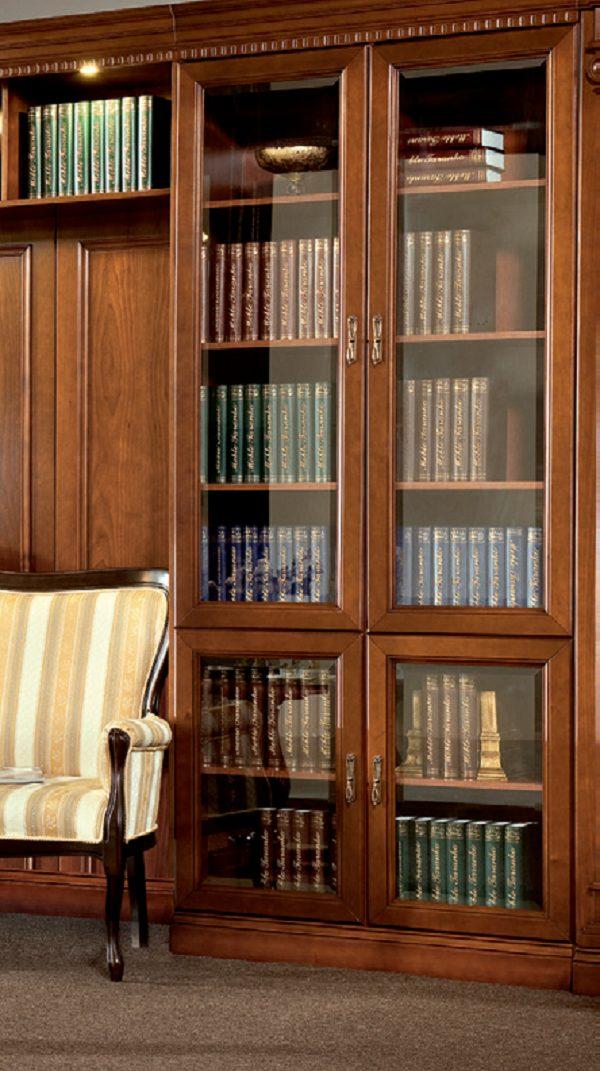 Шкафы специально оснащаются стеклянными дверцами, дабы было видно коллекционные издания