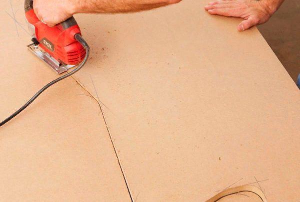 Вырезаем детали точно по линиям - делать это следует осторожно, чтобы не испортить конструкцию