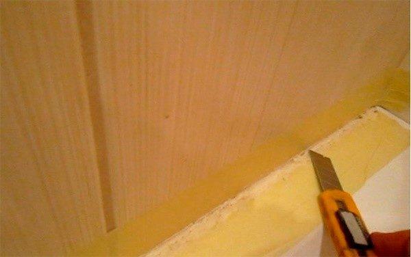 После высыхания пену нужно будет обрезать и чем-нибудь закрыть зазор