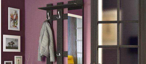 Зеркало можно по-разному вписать в композицию настенной секции для хранения