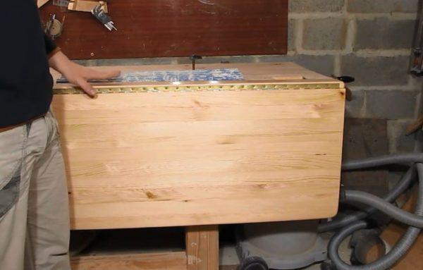 Столешница прикреплена рояльными петлями