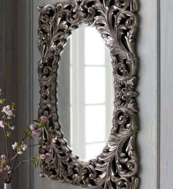 Изысканное оформление рамки в сочетании с простым зеркалом