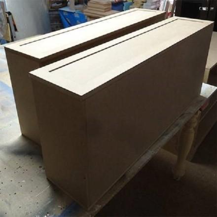 После того, как ящики будут готовы, наложите на них декорирующие накладки, которые впоследствии станут изюминкой предмета мебели