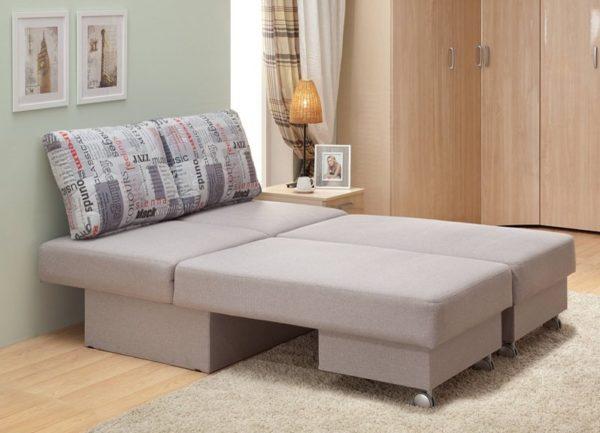 Очень часто бюджетные варианты диванов оснащены именно выкатным механизмом