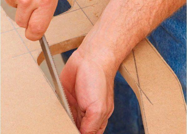 По краям внутренних отверстий следует пройтись напильником, а затем мелкозернистой наждачной бумагой